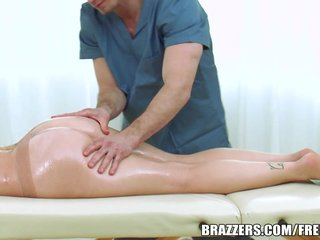 Brazzers - Noelle Easton gets oiled up